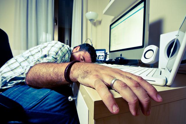 Bild von schlafendem Mann vor Computer