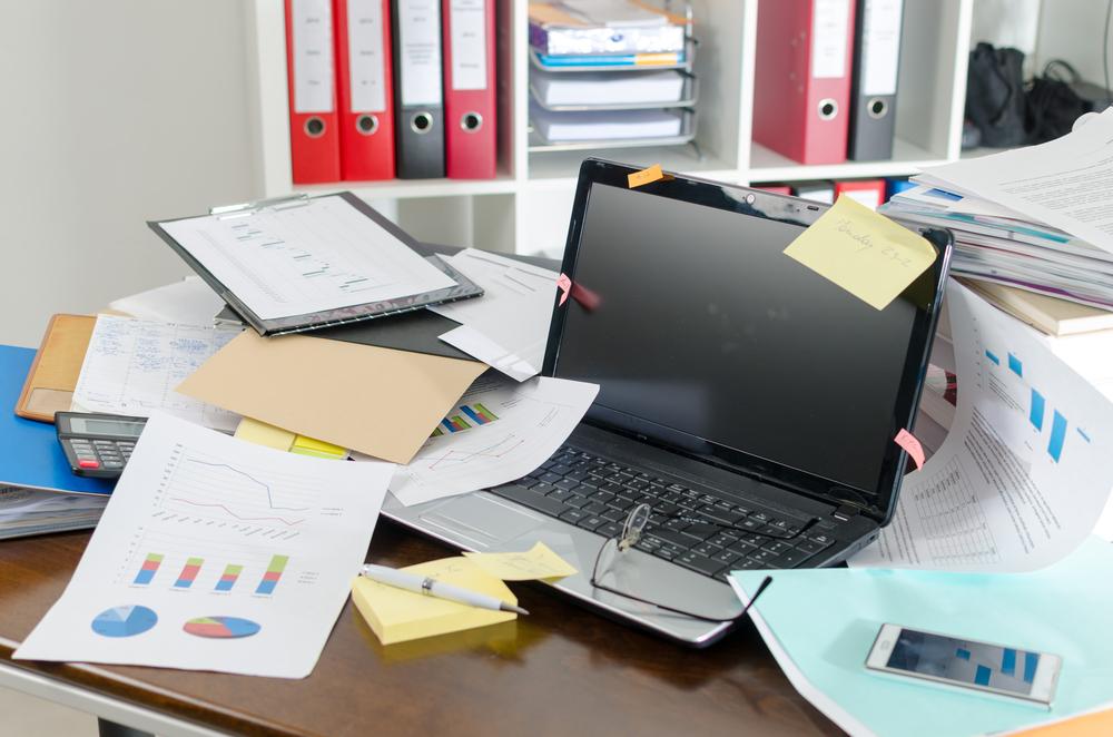 Voller Schreibtisch