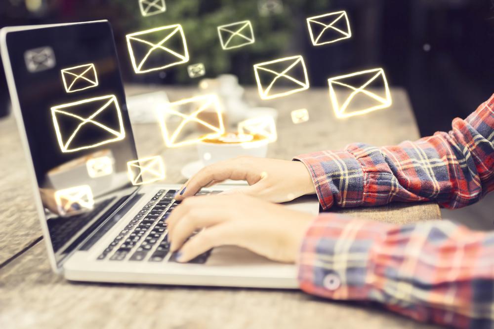 Hände schreiben E-Mails